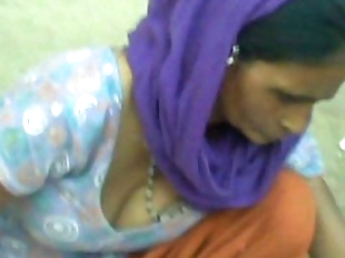 Aunty showing cleavage - 17 sec